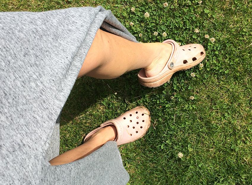 Crocs og pigen med skummi-skoene!!!!